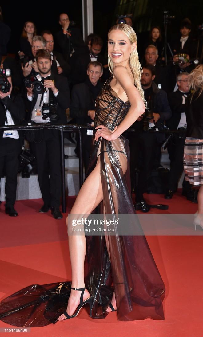 Thảm đỏ LHP Cannes ngày 11: Lại xuất hiện đối thủ hở bạo giống Ngọc Trinh, mải diễn mà chẳng ai đoái hoài - Ảnh 4.