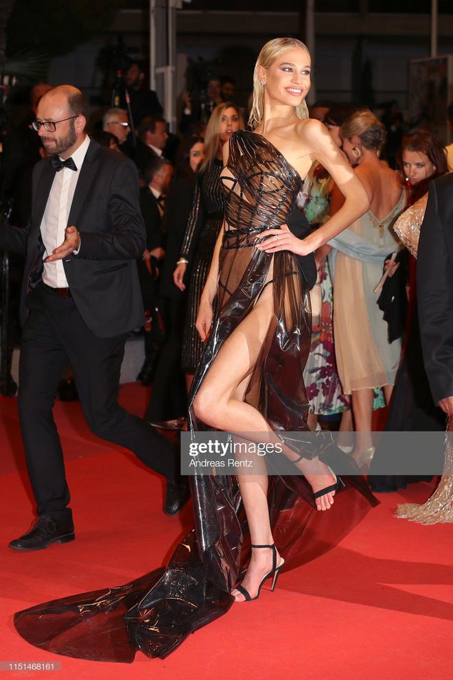 Thảm đỏ LHP Cannes ngày 11: Lại xuất hiện đối thủ hở bạo giống Ngọc Trinh, mải diễn mà chẳng ai đoái hoài - Ảnh 7.