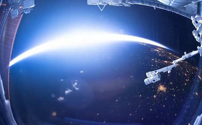 Video: Khoảnh khắc Trái Đất chuyển từ ngày sang đêm nhìn từ không gian