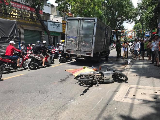 Người phụ nữ chết thảm dưới bánh xe tải ở Sài Gòn - Ảnh 1.