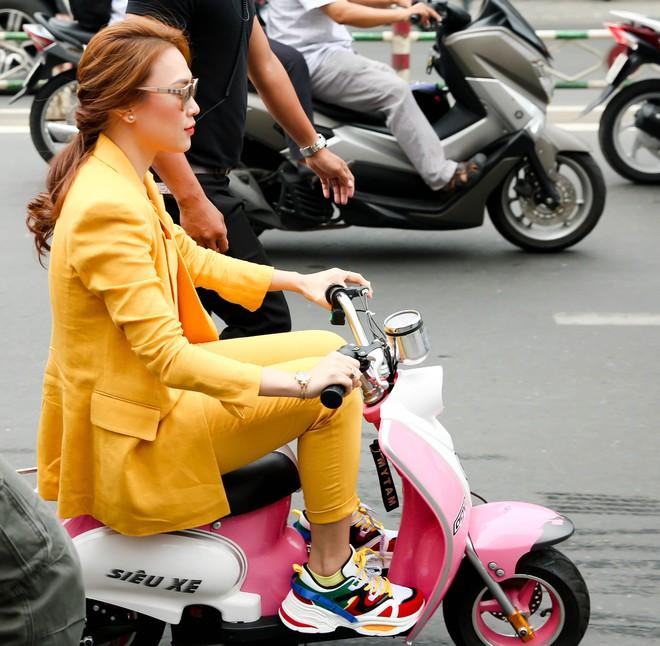 Mỹ Tâm đi xe bé xíu trên phố, bán hết 5000 đĩa nhạc phim sau vài tiếng - Ảnh 1.