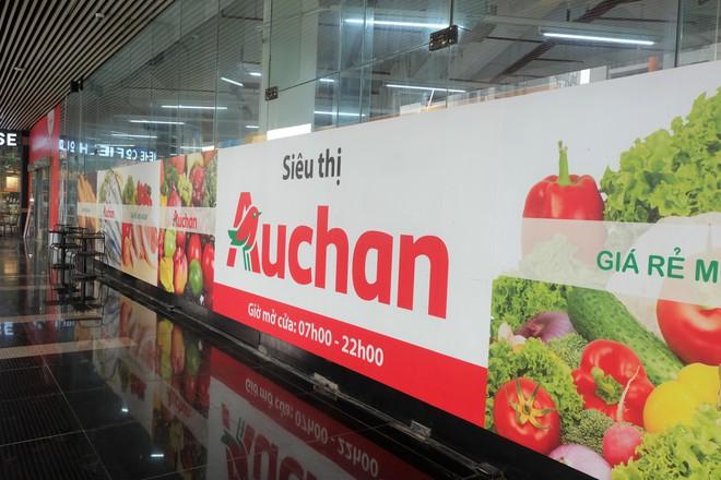 Siêu thị Auchan vắng vẻ, lặng lẽ tháo các kệ hàng sau bão giảm giá - Ảnh 16.