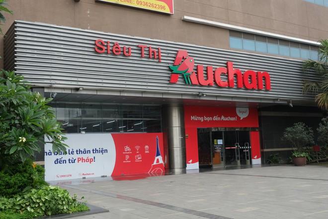 Siêu thị Auchan vắng vẻ, lặng lẽ tháo các kệ hàng sau bão giảm giá - Ảnh 1.
