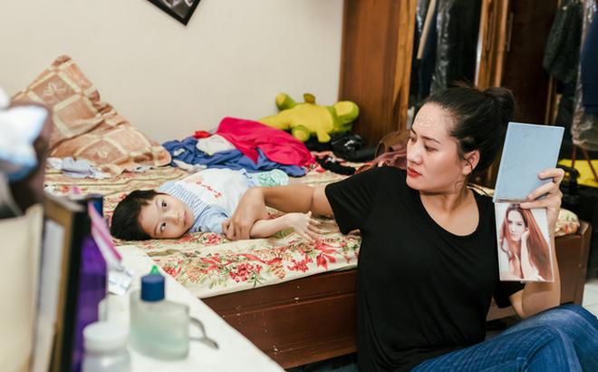 Kết quả hình ảnh cho 9 năm nuôi con bại não của diễn viên Minh Cúc