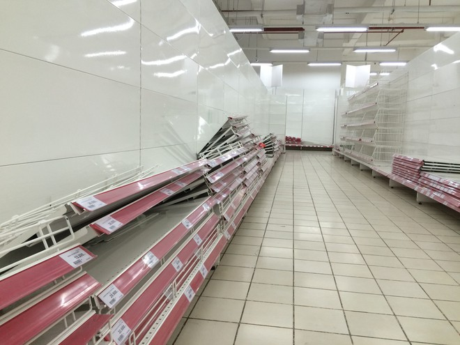 Siêu thị Auchan vắng vẻ, lặng lẽ tháo các kệ hàng sau bão giảm giá - Ảnh 8.