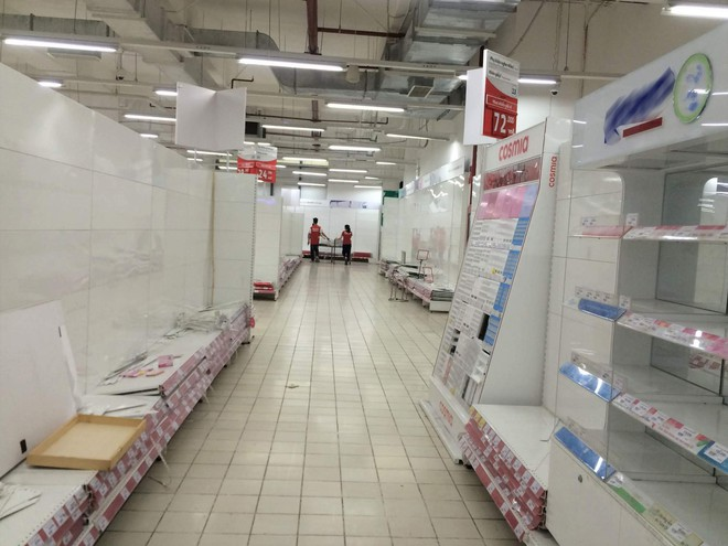 Siêu thị Auchan vắng vẻ, lặng lẽ tháo các kệ hàng sau bão giảm giá - Ảnh 5.