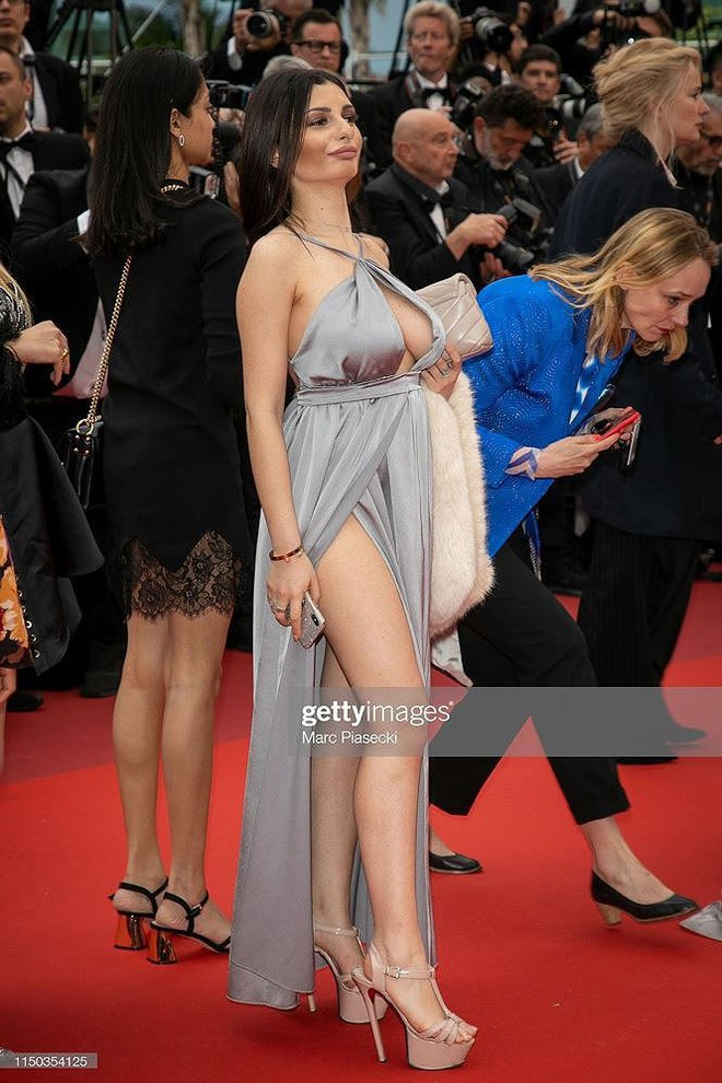 Những bộ cánh mặc như không phản cảm nhất tại Liên hoan phim Cannes lần thứ 72 - Ảnh 13.