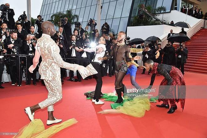 Những bộ cánh mặc như không phản cảm nhất tại Liên hoan phim Cannes lần thứ 72 - Ảnh 9.