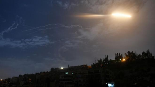 NÓNG: Israel tấn công tên lửa, hệ thống phòng không Syria tan xác - Đã có máu đổ - Ảnh 1.