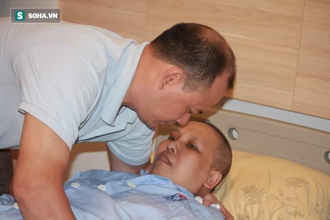 Người đàn ông 7 năm không ra khỏi Hà Nội vì muốn làm điều này cho người vợ bị ung thư - Ảnh 1.