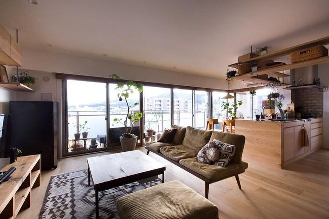 Căn hộ 85m² đẹp dịu dàng và ấm áp với màu gỗ của gia đình trẻ ở Nhật Bản - Ảnh 2.