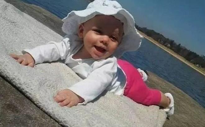 Em bé suýt chết khát nằm cạnh xác bố mẹ suốt 3 ngày không ăn không uống