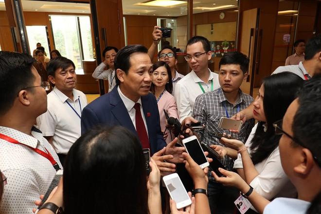 Bộ trưởng Đào Ngọc Dung nói tăng tuổi nghỉ hưu không phải để quan chức giữ ghế - Ảnh 1.