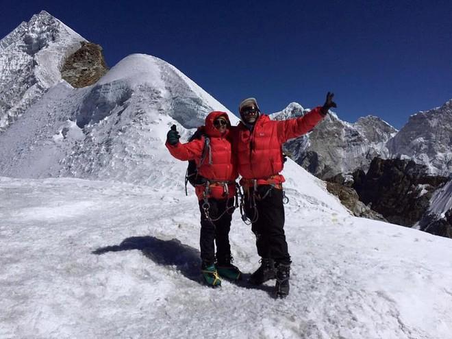 Hai câu chuyện ám ảnh nhất trên con đường chinh phục đỉnh núi Everest đang gây bão truyền thông quốc tế, khiến nhiều người rùng mình kinh hãi - Ảnh 3.