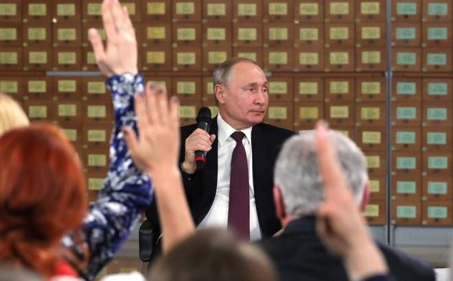 """Mức tín nhiệm của người dân Nga dành cho ông Putin tiếp tục chạm đáy thấp """"kỷ lục"""", vì sao?"""