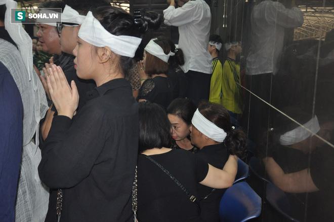 Hàng nghìn người oà khóc trong đám tang đông chưa từng có tiễn đưa cô giáo bị xe Mercedes đâm tử vong ở hầm Kim Liên - Ảnh 6.