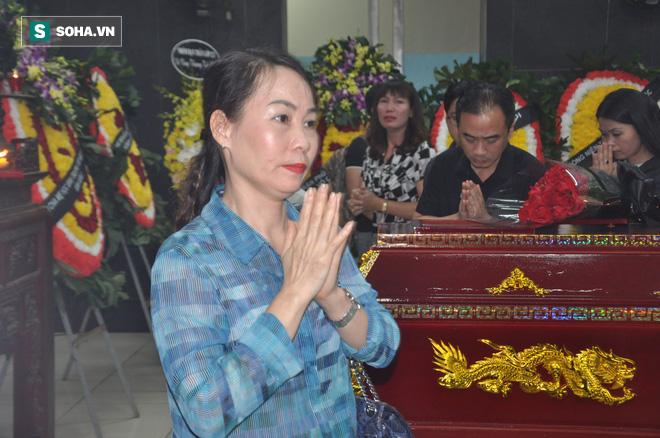 Hàng nghìn người oà khóc trong đám tang đông chưa từng có tiễn đưa cô giáo bị xe Mercedes đâm tử vong ở hầm Kim Liên - Ảnh 7.