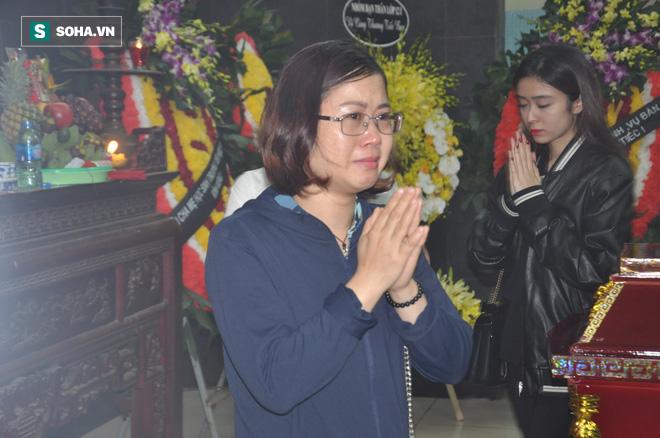 Hàng nghìn người oà khóc trong đám tang đông chưa từng có tiễn đưa cô giáo bị xe Mercedes đâm tử vong ở hầm Kim Liên - Ảnh 9.