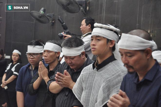 Hàng nghìn người oà khóc trong đám tang đông chưa từng có tiễn đưa cô giáo bị xe Mercedes đâm tử vong ở hầm Kim Liên - Ảnh 13.
