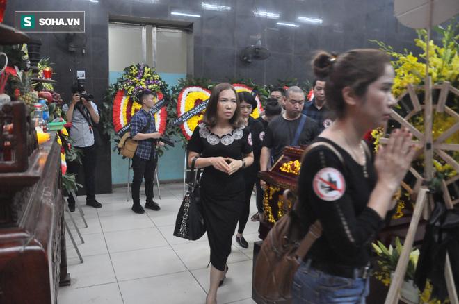 Hàng nghìn người oà khóc trong đám tang đông chưa từng có tiễn đưa cô giáo bị xe Mercedes đâm tử vong ở hầm Kim Liên - Ảnh 4.