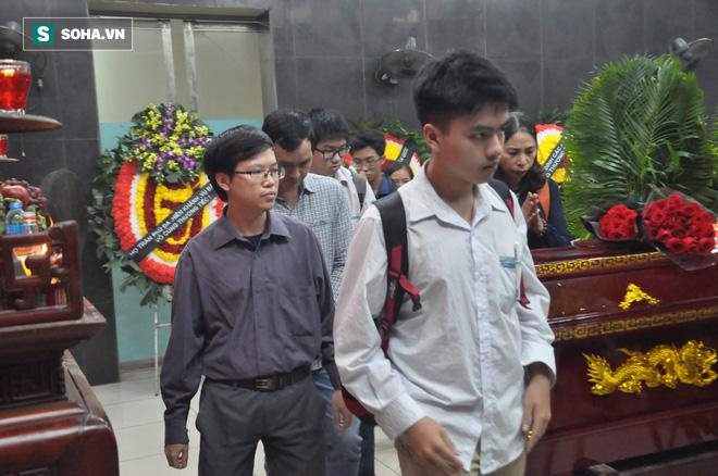 Hàng nghìn người oà khóc trong đám tang đông chưa từng có tiễn đưa cô giáo bị xe Mercedes đâm tử vong ở hầm Kim Liên - Ảnh 20.