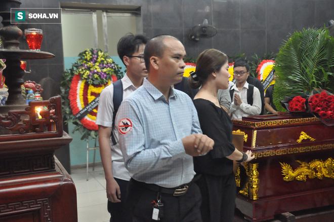 Hàng nghìn người oà khóc trong đám tang đông chưa từng có tiễn đưa cô giáo bị xe Mercedes đâm tử vong ở hầm Kim Liên - Ảnh 17.
