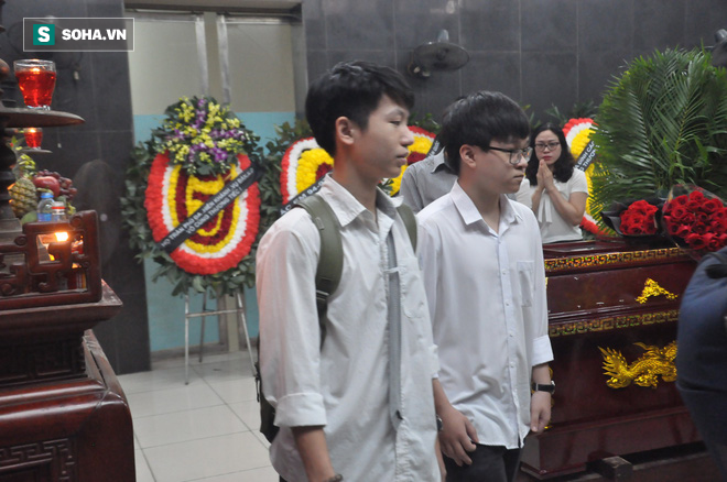 Hàng nghìn người oà khóc trong đám tang đông chưa từng có tiễn đưa cô giáo bị xe Mercedes đâm tử vong ở hầm Kim Liên - Ảnh 18.