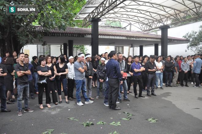 Hàng nghìn người oà khóc trong đám tang đông chưa từng có tiễn đưa cô giáo bị xe Mercedes đâm tử vong ở hầm Kim Liên - Ảnh 3.