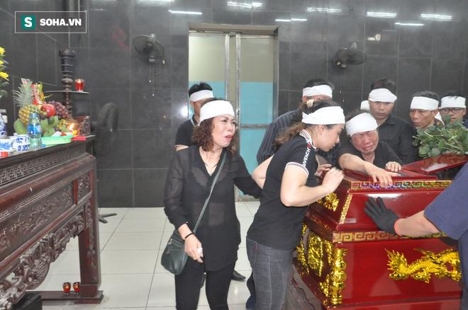 Hàng nghìn người oà khóc trong đám tang đông chưa từng có tiễn đưa cô giáo bị xe Mercedes đâm tử vong ở hầm Kim Liên - Ảnh 26.