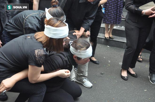 Hàng nghìn người oà khóc trong đám tang đông chưa từng có tiễn đưa cô giáo bị xe Mercedes đâm tử vong ở hầm Kim Liên - Ảnh 30.