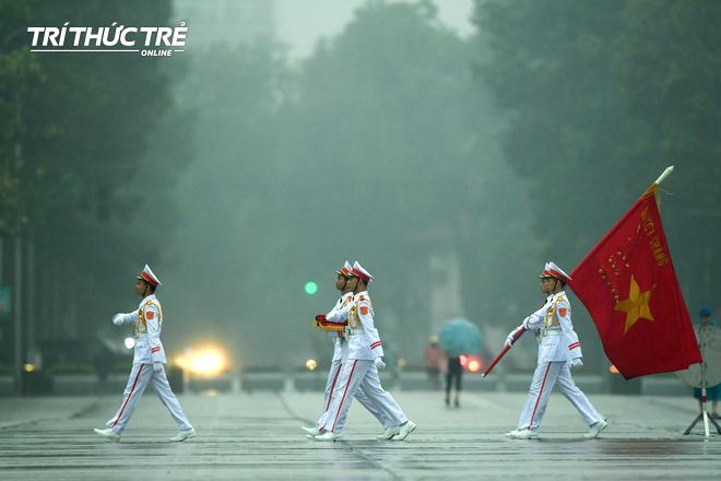 [ẢNH] Lễ thượng cờ rủ Quốc tang cố Chủ tịch nước Lê Đức Anh trong mưa - Ảnh 1.