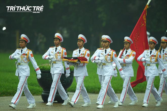 [ẢNH] Lễ thượng cờ rủ Quốc tang cố Chủ tịch nước Lê Đức Anh trong mưa - Ảnh 2.
