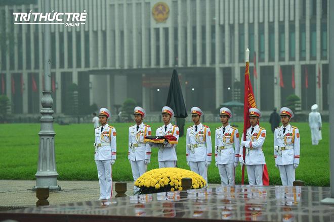 [ẢNH] Lễ thượng cờ rủ Quốc tang cố Chủ tịch nước Lê Đức Anh trong mưa - Ảnh 3.