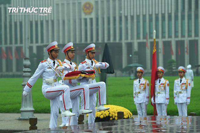 [ẢNH] Lễ thượng cờ rủ Quốc tang cố Chủ tịch nước Lê Đức Anh trong mưa - Ảnh 4.
