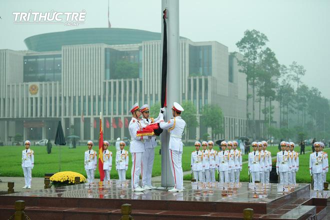 [ẢNH] Lễ thượng cờ rủ Quốc tang cố Chủ tịch nước Lê Đức Anh trong mưa - Ảnh 5.