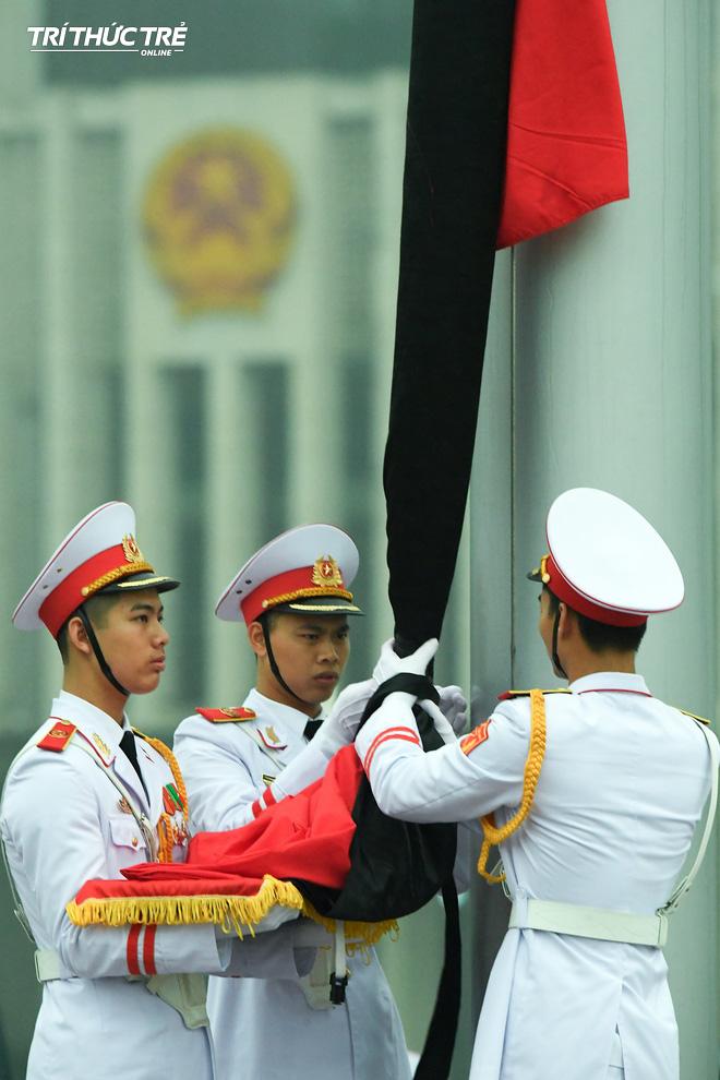 [ẢNH] Lễ thượng cờ rủ Quốc tang cố Chủ tịch nước Lê Đức Anh trong mưa - Ảnh 7.