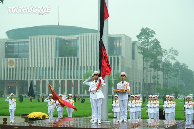 [ẢNH] Lễ thượng cờ rủ Quốc tang cố Chủ tịch nước Lê Đức Anh trong mưa - Ảnh 9.
