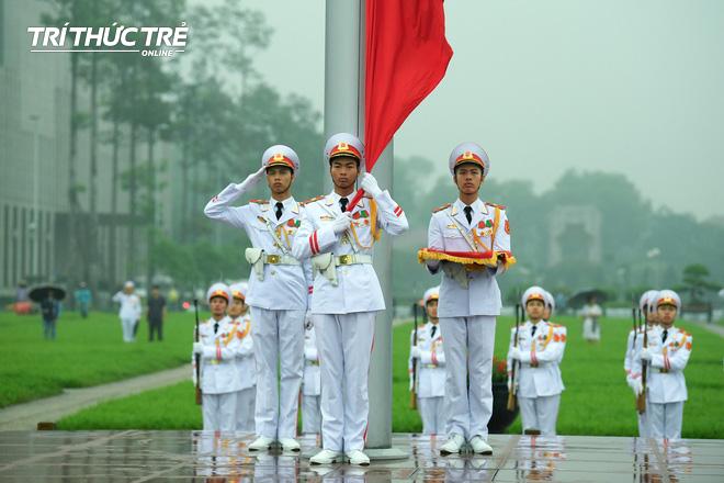 [ẢNH] Lễ thượng cờ rủ Quốc tang cố Chủ tịch nước Lê Đức Anh trong mưa - Ảnh 10.