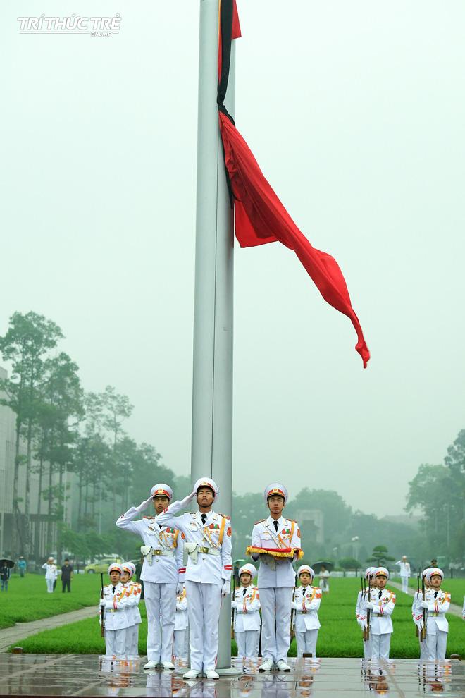 [ẢNH] Lễ thượng cờ rủ Quốc tang cố Chủ tịch nước Lê Đức Anh trong mưa - Ảnh 11.