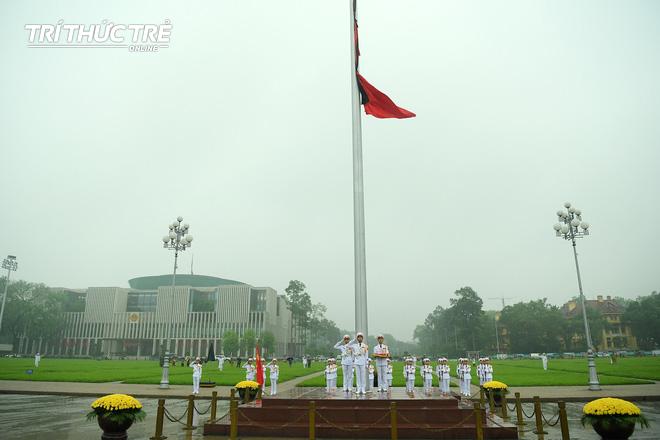 [ẢNH] Lễ thượng cờ rủ Quốc tang cố Chủ tịch nước Lê Đức Anh trong mưa - Ảnh 12.