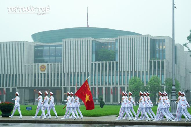 [ẢNH] Lễ thượng cờ rủ Quốc tang cố Chủ tịch nước Lê Đức Anh trong mưa - Ảnh 13.