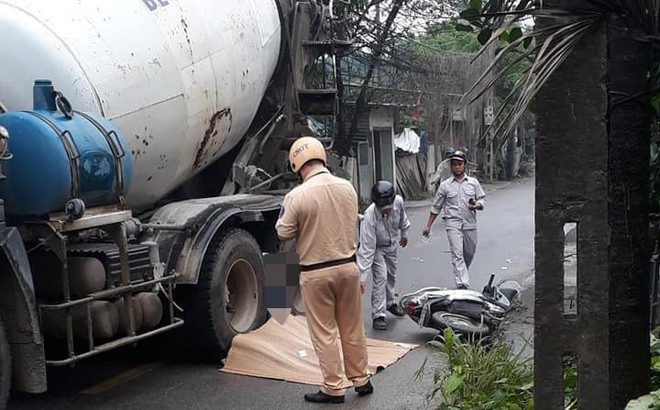 Hà Nội: Va chạm xe trộn bê tông, người phụ nữ đi xe máy tử vong tại chỗ