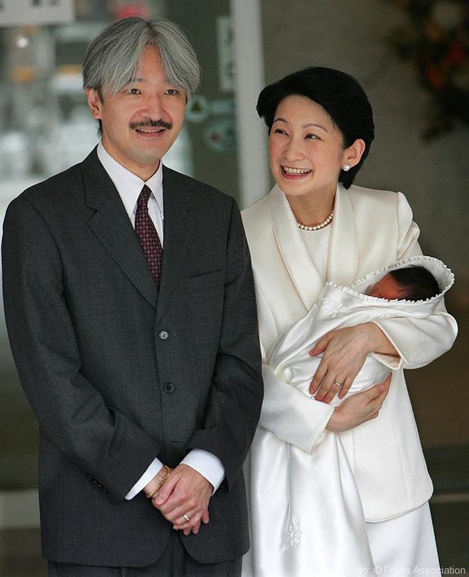 """Hoàng tử bé Hisahito: Người thừa kế cuối cùng của Hoàng gia Nhật, được nuôi dạy một cách """"khác người"""" nhưng dân chúng lại đồng tình ủng hộ - Ảnh 2."""