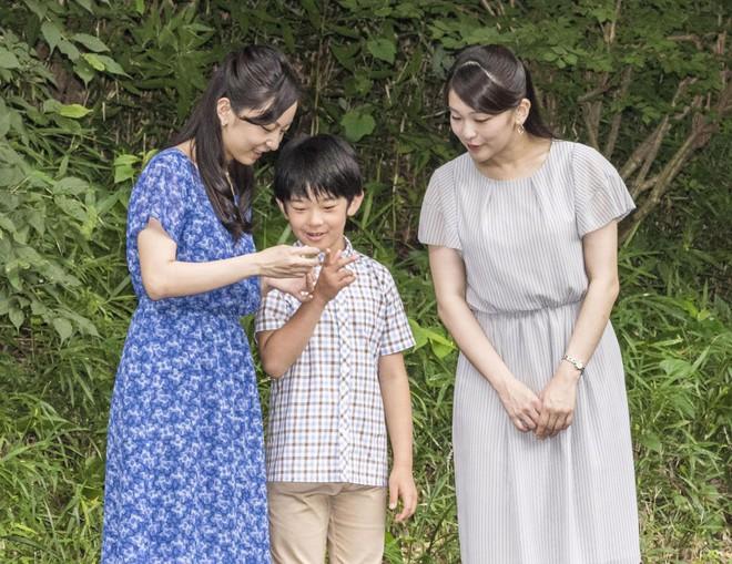 """Hoàng tử bé Hisahito: Người thừa kế cuối cùng của Hoàng gia Nhật, được nuôi dạy một cách """"khác người"""" nhưng dân chúng lại đồng tình ủng hộ - Ảnh 12."""