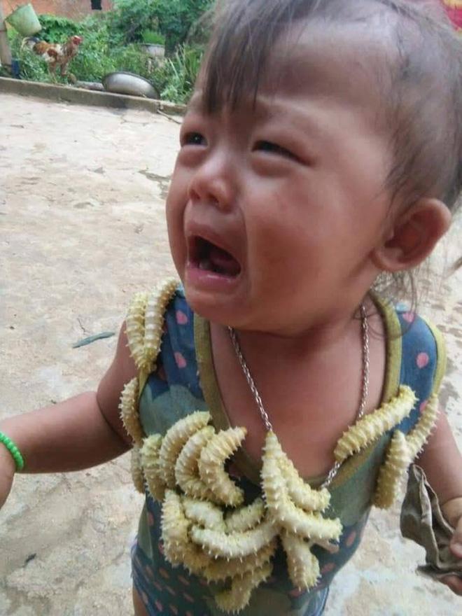 Biểu cảm của em bé khi bị lũ tằm bò lên người gây sốt MXH hôm nay, câu chuyện phía sau gây tranh cãi dữ dội - Ảnh 2.