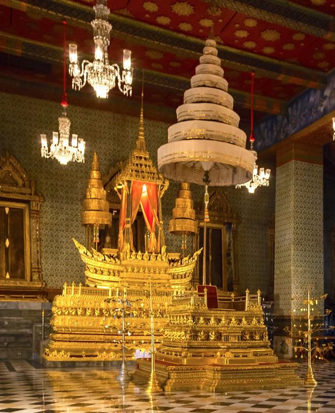 Vương miện vàng nạm đá quý nặng 7,3 kg và những con số đáng kinh ngạc trong lễ đăng cơ Vua Thái Lan - Ảnh 3.