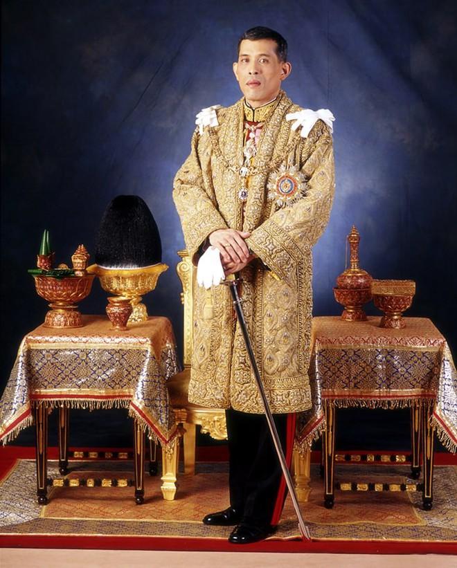 Vương miện vàng nạm đá quý nặng 7,3 kg và những con số đáng kinh ngạc trong lễ đăng cơ Vua Thái Lan - Ảnh 1.