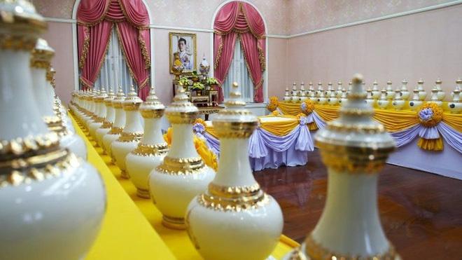 Lễ đăng cơ của Quốc vương Thái Lan: Tắm nước thiêng, đội trên đầu hơn 7kg vàng và những điều độc đáo khác - Ảnh 3.