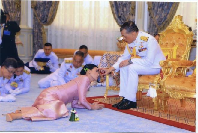 Ảnh: Vẻ đẹp của nữ tướng vừa được sắc phong làm Hoàng hậu Thái Lan - Ảnh 15.