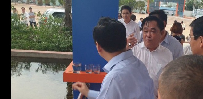 Ông Dũng lò vôi uống nước thải đã xử lý trước mặt Bộ trưởng TN-MT - Ảnh 11.